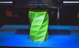 Drucker 3D funktioniert und schafft einen Gegenstand vom heißen flüssigen Plastik Lizenzfreie Stockbilder