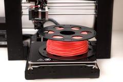 Drucker 3d ist auf einer Tabelle mit Plastikkoralle Lizenzfreies Stockbild