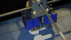 Drucker 3D macht eine Skizze im Labor, eine Draufsicht stock video