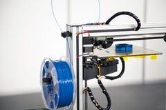 Drucker 3d mit blauer Fadenspulennahaufnahme Druckverfahren 3d Stockfotografie