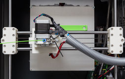 Drucker 3d mit hellgrünem Faden Lizenzfreie Stockfotografie