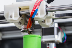 Drucker 3d mit hellgrünem Faden Stockfotografie