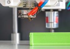 Drucker 3d mit hellgrünem Faden Lizenzfreie Stockfotos