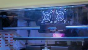 Drucker 3D während der Arbeit stock video
