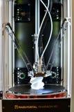 Drucker 3D während des Arbeitsprozesses Nachdrucktechnologie Lizenzfreies Stockfoto
