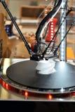 Drucker 3D während des Arbeitsprozesses Nachdrucktechnologie Lizenzfreie Stockfotos