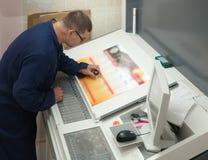Drucker, der eine Auflagenstärke überprüft lizenzfreies stockfoto