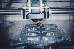 Drucker, der graue Gegenstände auf Spiegelreflektierender Oberflächennahaufnahme druckt Stockbilder