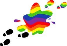 Druckfüße in einer Pfütze des Regenbogens Stockbilder