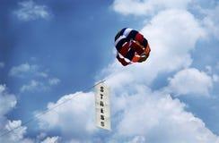 Druckfahne mit Fallschirm lizenzfreie stockfotografie