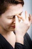 Druckkonzept - Frau in den Schmerz von den Kopfschmerzen lizenzfreie stockbilder