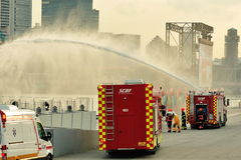 Druckluftschaummaschinen-Sprühwasserstrahlen der Singapur-Zivilverteidigungs-Kraft (SCDF) während Nationaltag-Parade-Wiederholung  Stockfotografie