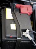 Druckspeicher (Speicherbatterie) unter einer geöffneten Mütze lizenzfreies stockbild