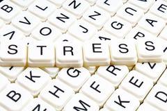 Drucktiteltext-Wortkreuzworträtsel Alphabetbuchstabe blockiert Spielbeschaffenheitshintergrund Weiße alphabetische Buchstaben auf Stockbild