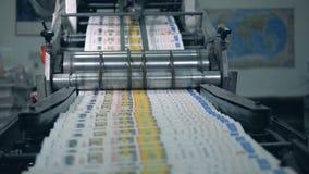 Druckzeitschriften bewegen sich entlang das Walzwerk stock video