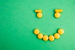 Drug en geneeskundepil Smilly op groene achtergrond Betaald geneeskunde Aankoop van geneesmiddelen roze achtergrond Kopende genee stock afbeelding