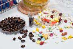 Drug en koffietest in laboratorium, ziekteverwekkercultuur voor drug en Stock Afbeeldingen