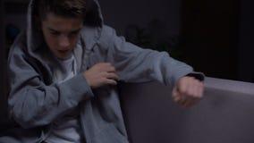 Drug gewijde tiener die aan terugtrekking, psychologische rehabilitatie, hulp lijden stock video