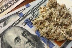 Drug handelconcept Onkruid en dollars stock afbeeldingen