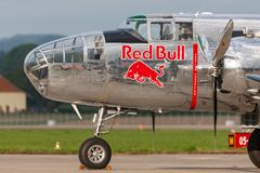 Druga Wojna Światowa rocznika B-25 Mitchell bombowiec Północnoamerykański samolot działał Latającymi bykami inkasowymi obrazy stock