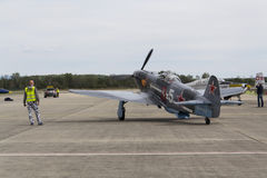 Druga Wojna Światowa Radziecki wojownik Yakovlev Yak-3 na pasie startowym przy CIAF - Czeski zawody międzynarodowi powietrza fest Fotografia Stock