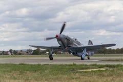 Druga Wojna Światowa Radziecki wojownik Yakovlev Yak-3 na pasie startowym przy CIAF - Czeski zawody międzynarodowi powietrza fest Zdjęcie Stock