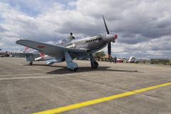 Druga Wojna Światowa Radziecki wojownik Yakovlev Yak-3 na pasie startowym przy CIAF - Czeski zawody międzynarodowi powietrza fest Zdjęcia Stock
