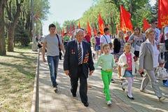 Druga Wojna Światowa weteran towarzyszący krewnymi na zwycięstwo dnia świętowaniu w Volgograd fotografia royalty free