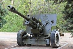 Druga Wojna ?wiatowa zbiornika Radziecki pistolet ZiS-3 Rosja, Saratov - 5 2019 Maj zdjęcie royalty free