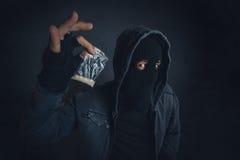 Drugdealer die verdovende substantie zich op de straat aanbieden te wijden Stock Afbeeldingen