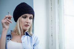 Το νέο θηλυκό druggie απολαμβάνει ανθυγειινό Στοκ Εικόνες
