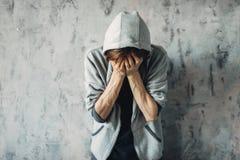Druggy que se sienta en el piso, síntoma de retiro fotos de archivo