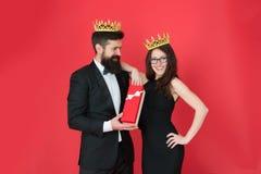 Drugi Dzień Świąt Bożego Narodzenia Brodaty mężczyzna i szczęśliwa kobieta w koronie miłość pary data Biznesowy spojrzenie roczni obraz royalty free