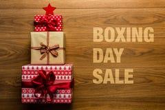 Drugi dzień Świąt Bożego Narodzenia sprzedaży pojęcie na drewnianym tle, Zdjęcia Royalty Free