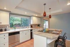 Drugie piętro kuchnia szczyci się taca sufit, wyspa obrazy royalty free