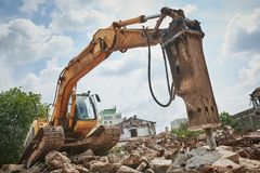 Drugorzędna rozbiórka ekskawatorem z hydraulicznym hydrohammer łamaczem zdjęcie royalty free