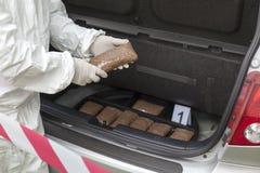 Drugpakketten in de cabine die van een auto worden gesmokkeld Royalty-vrije Stock Afbeelding