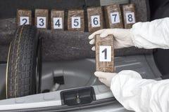 Drugpakketten in de cabine die van een auto worden gesmokkeld Stock Foto