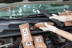 Drugpakketten in de cabine die van een auto worden gesmokkeld Royalty-vrije Stock Foto