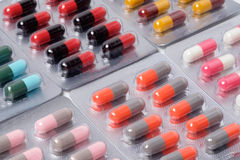 Drugpil en capsule in blaar verpakking Stock Foto's