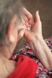 Drugs in de handen van de oude vrouw Stock Afbeeldingen