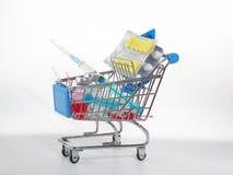 Drugs in de het kopen mand: ampullen, tabletten en spuiten Royalty-vrije Stock Foto's