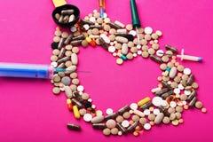 Drugs dichtbij spuiten, pipet en metende lepel Reeks pillen royalty-vrije stock fotografie