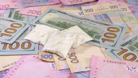 Drugs en contant geldgeld overal op een lijst Het schot van de close-up stock videobeelden