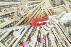 Drugs en geld. Medische achtergrond Stock Afbeelding