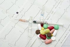 Drugs op de cardiogramachtergrond Stock Foto