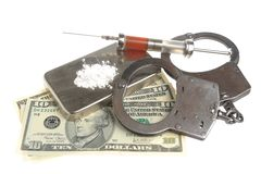 Drugs, spuit met bloed, geïsoleerde handcuffs en geld Stock Foto