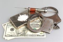 Drugs, spuit met bloed, handcuffs en geld op grijs Stock Afbeeldingen