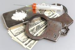 Drugs, spuit met bloed, handcuffs en geld op grijs Stock Foto's