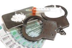 Drugs, spuit met bloed, handcuffs en geld op wit Stock Foto